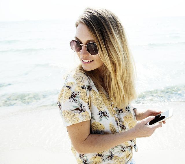 žena, pláž a mobil