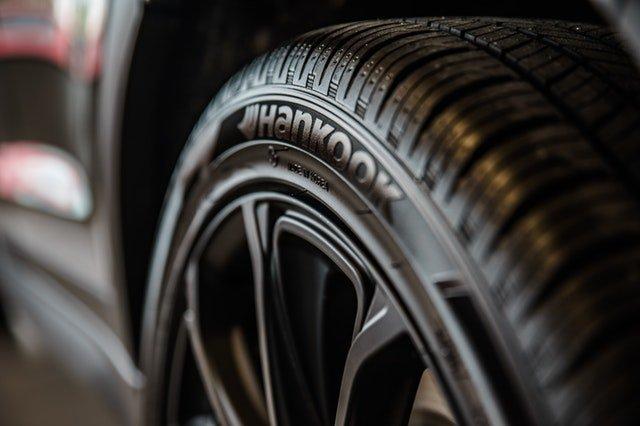 Detail na pneumatiku s hliníkovým diskom