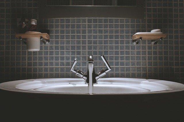 Nasvietené moderné umývadlo, za ktorým sú zelené kachličky.jpg
