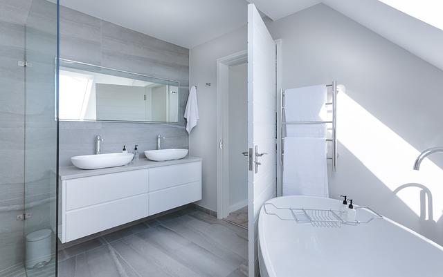 Moderná kúpeľňa vo svetlých farbách s množstvom svetla.jpg