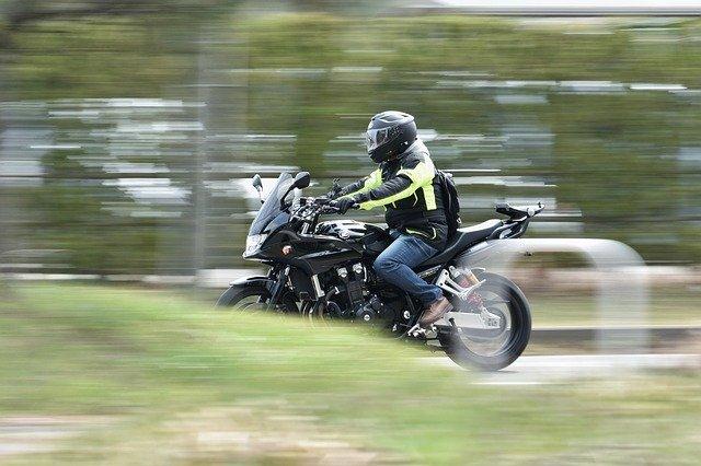 Človek na motorke, okolie, les