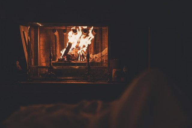 V krbe horí oheň